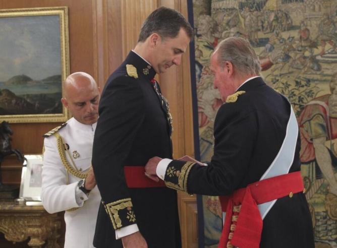 Felipe VI recibe la Faja de Capitán General, antes de la Sesión Solemne de Juramento y Proclamación.