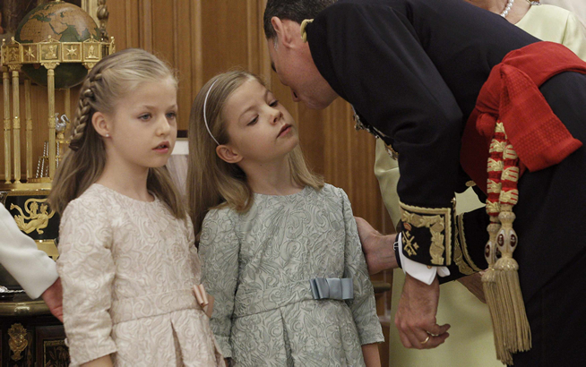 Leonor y Sofía lucían vestidos iguales de brocado, aunque de distinto color. La princesa de Asturias, de Girona y Viana, de color rosa pálido; la infanta Sofía en verde agua.