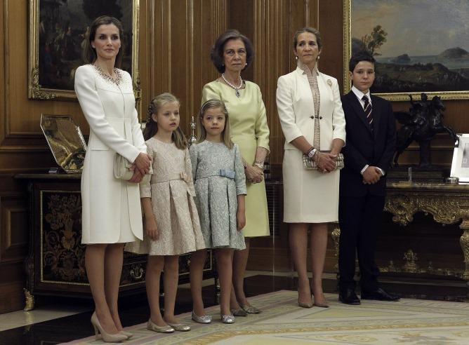 Doña Letizia y sus hijas, la princesa de Asturias Leonor y la infanta Sofía, la reina Sofía y la infanta Elena junto a su hijo mayor, Felipe Juan Froilán.