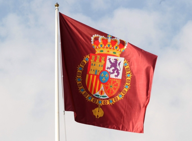 Detalle de la bandera con el nuevo escudo de armas de Felipe VI que ondea ya en el Palacio de la Zarzuela.