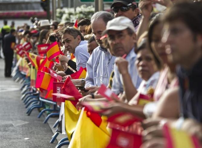Los primeros ciudadanos se congregan desde primera hora de la mañana en la calles del recorrido que harán los reyes tras la proclamación de Felipe VI.