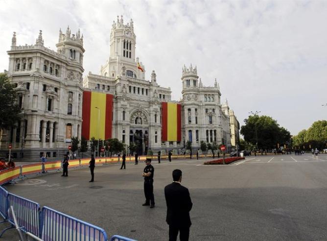 El amplio dispositivo de seguridad junto al Ayuntamiento de Madrid, engalanada para la ocasión.