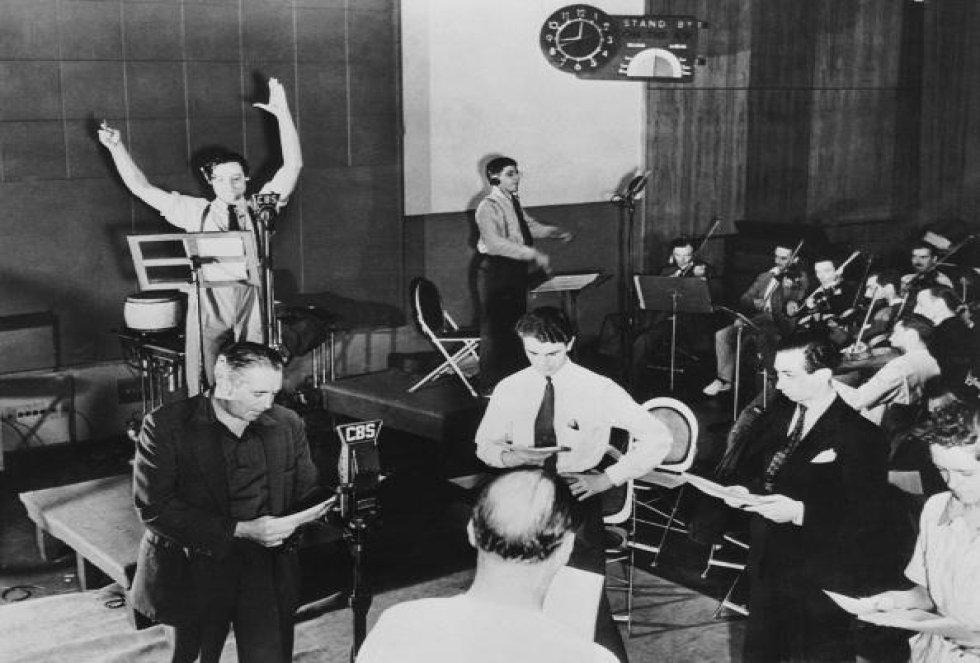 Orson Welles durante la emisión radiofónica