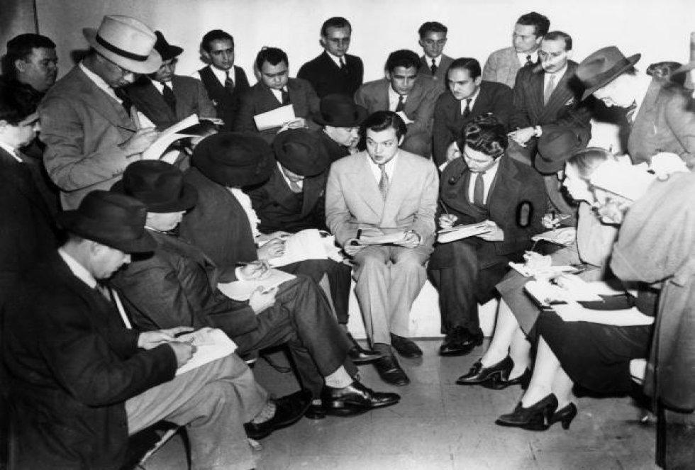 Orson Welles en una reunión junto con sus compañeros después de la emisión del programa
