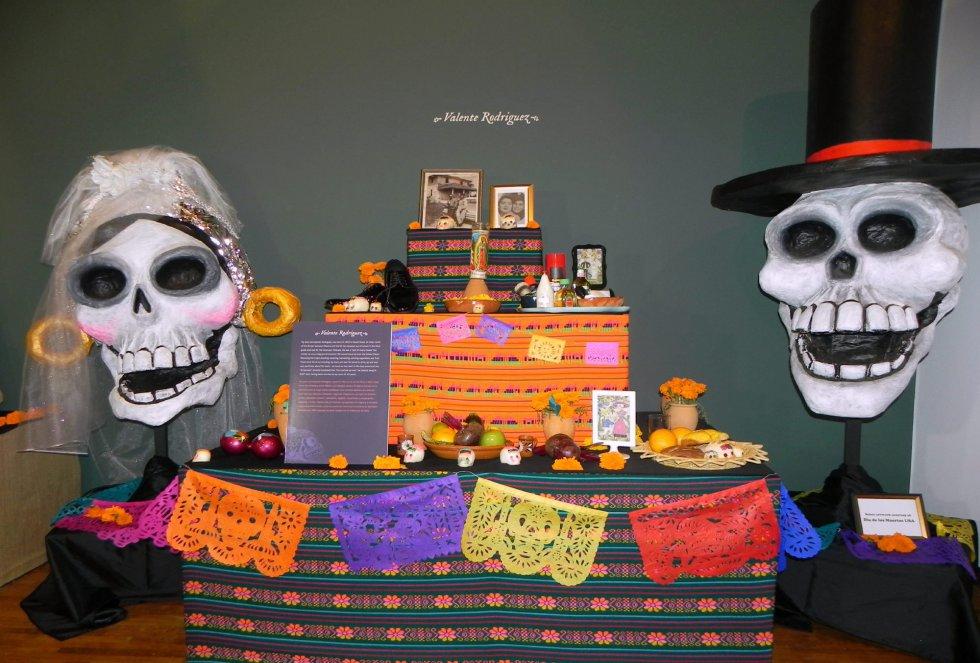 Fotografía del altar realizado por el actor hispano Valente Rodríguez para la exhibición con motivo de la festividad del Día de los Muertos en el Museo de Arte Latinoamericano en Los Ángeles (CA, EE.UU.).