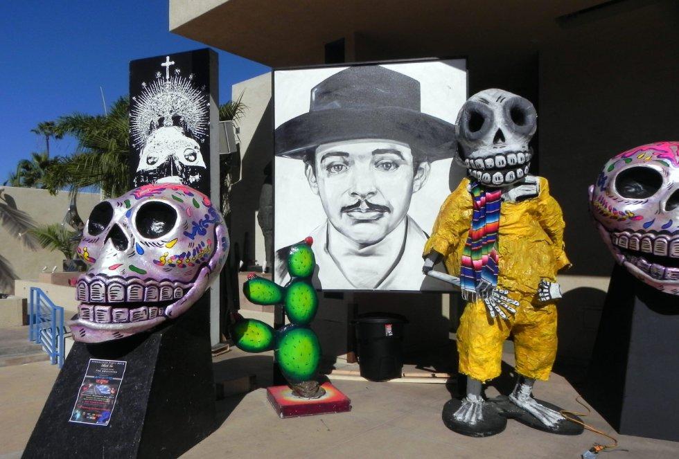 Fotografía de figuras gigantes con motivo de la festividad del Día de los Muertos en el Museo de Arte Latinoamericano en Los Ángeles (CA, EE.UU.).
