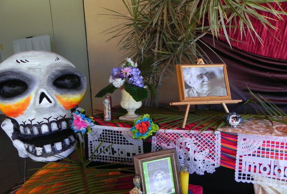 Detalle del altar en memoria del Premio Nobel de literatura colombiano Gabriel García Márquez en la exhibición con motivo de la festividad del Día de los Muertos