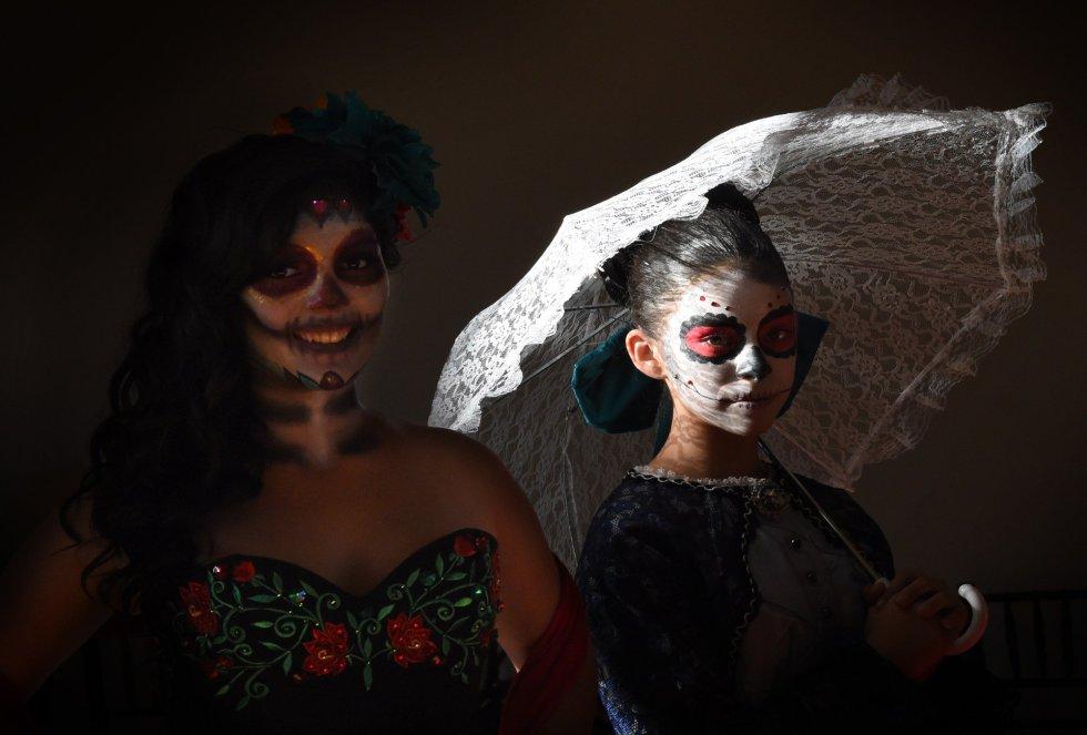 Mujeres mexicanas lucen sus vestidos especiales para el Día de los Muertos