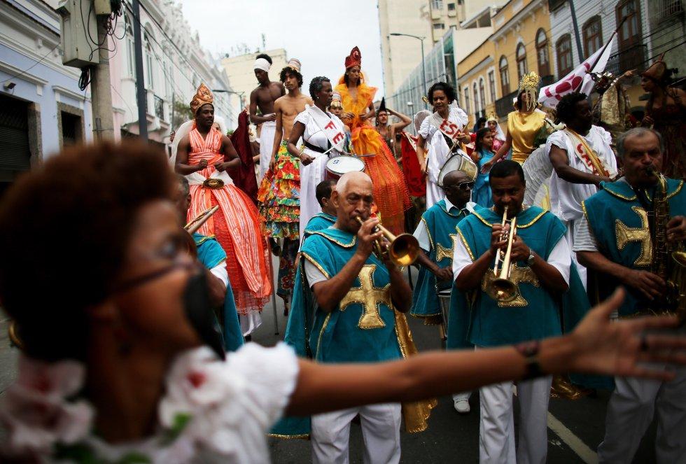 El día de todos los santos se celebra en Brasil con un desfile por las calles de las principales ciudades. Esta corresponde a la festividad de 2013 en un barrio de Río de Janeiro