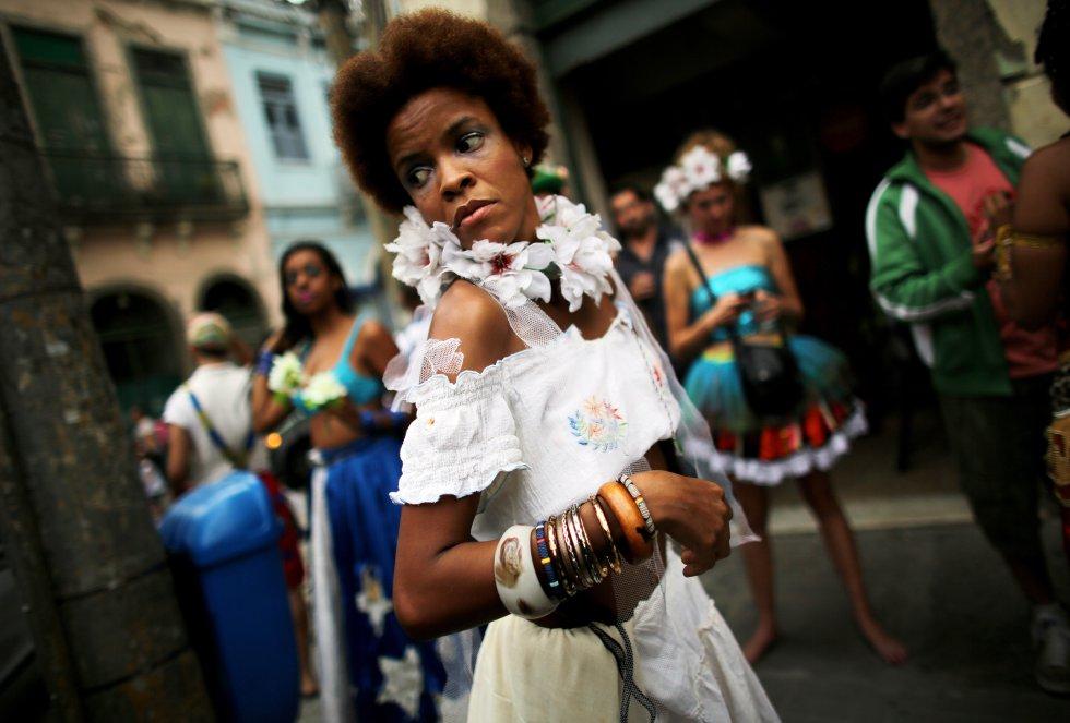 Una participante en el desfile del Día de todos los santos que se celebró el 1 de noviembre de 2013 en Brasil