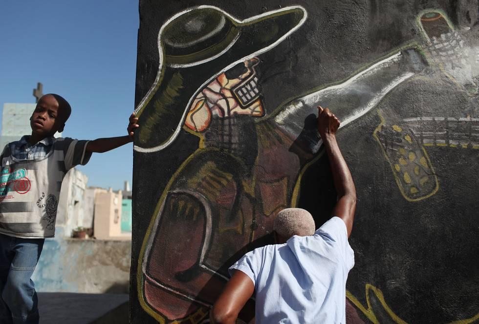 Un seguidor del vudú participa en el Día de los Muertos celebraciones que se llevan a cabo en conjunto con las fiestas católicas de Todos los Santos ( 1 de noviembre) y el Día de los Difuntos ( 2 de noviembre) en el Cementerio Nacional en Port-au -Prince, 02 de noviembre 2010 en Puerto Príncipe , Haití .