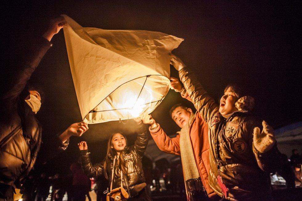 Varias familias encienden linternas en Natori, Japón, para honrar a las víctimas del terromoto de marzo de 2012