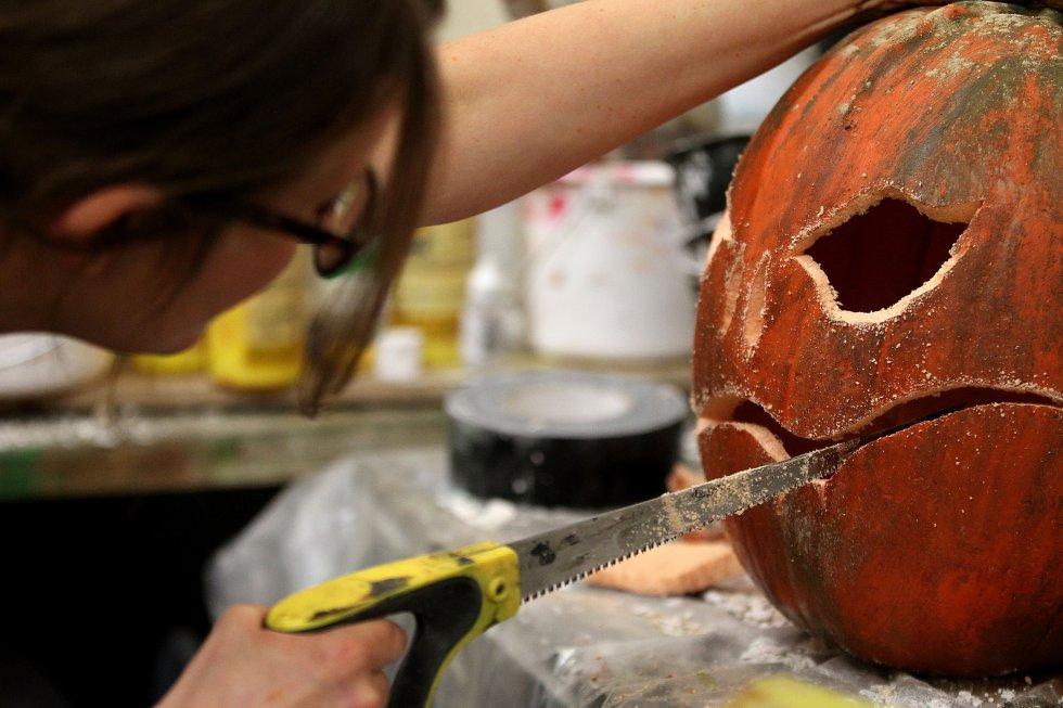 Una mujer prepara en Nueva York una calabaza decorativa para la fiesta de Halloween