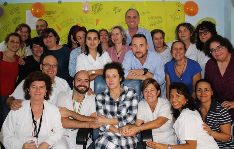 A handout picture taken and released on November 1, 2014 by the La Paz University Hospital shows Spanish nurse Teresa Romero (first row, C), who was the first person to have contracted Ebola outside Africa, posing with medical staff at the Carlos III hospital. A Spanish nurse cured of the deadly virus Ebola was removed from isolation today, the Madrid hospital treating her said. Doctors declared her cured on October 21 and today further tests results confirmed that all traces of the disease had disappeared from her bodily fluids, removing any lingering risk of infection.  AFP PHOTO / LA PAZ UNIVERSITY HOSPITAL