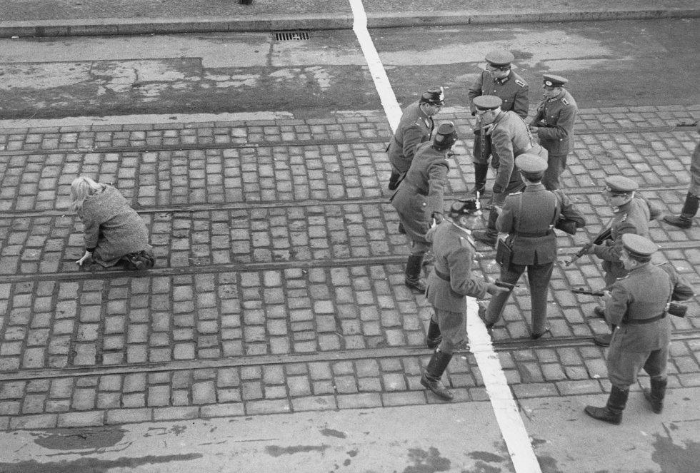 Policías de Berlín Occidental y Alemania Oriental se enfrentan a través de la frontera en Berlín, en una imagen del año 1955.