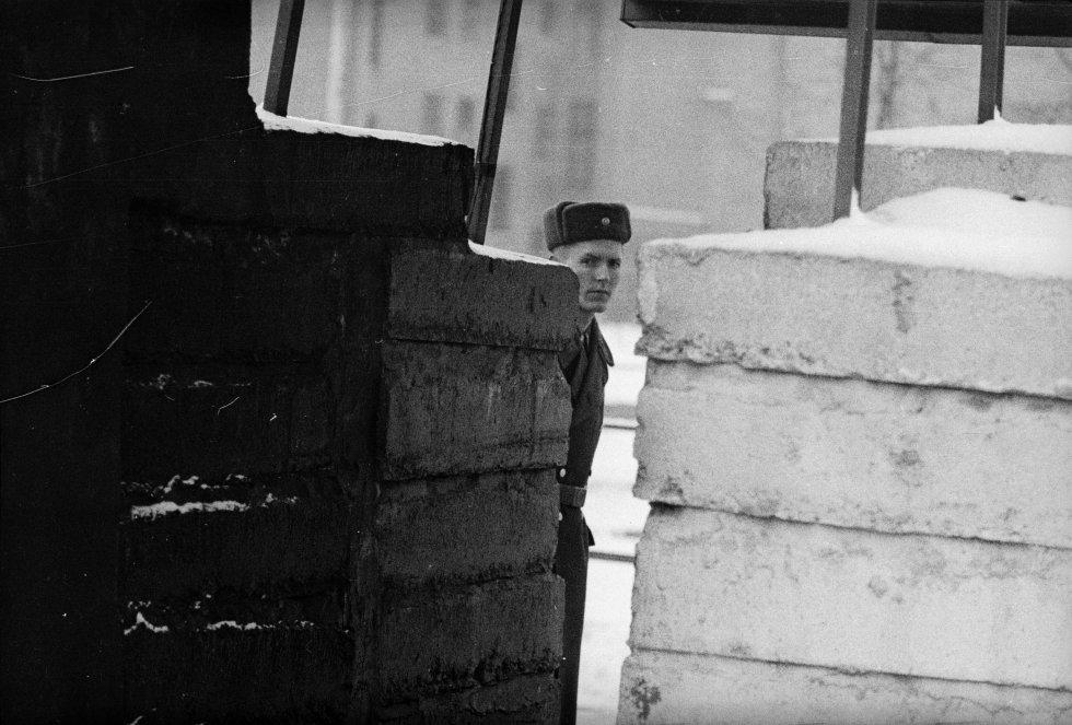 Un guardia de patrulla la frontera entre Berlín Oriental y Occidental. Imagen de archivo tomada el 18 de diiembre de 1963.