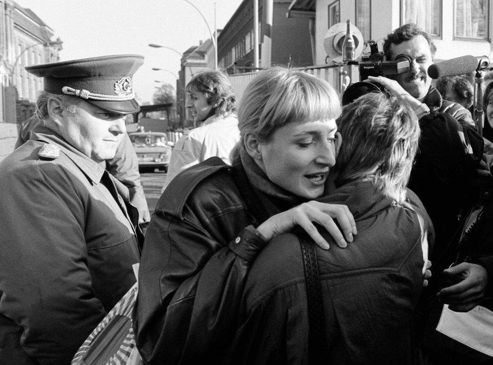 Un ciudadano de Berlín Este abraza a una mujer del Berlín Occidental ante la mirada de un soldado fronterizo. Imagen de archivo tomada el 10 de noviembre 1989.