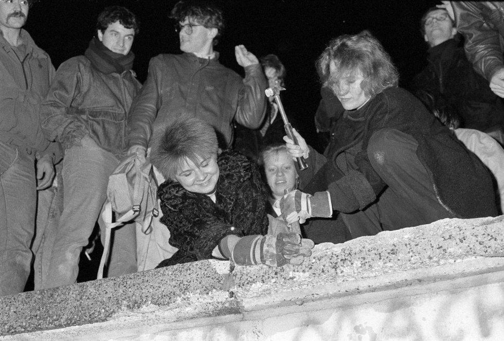 Berlineses 'armados' con un martillo y un cincel, listos `para golpear una sección del muro de Berlín frente a la Puerta de Brandenburgo. Imagen de archivo tomada el 09 de noviembre 1989.