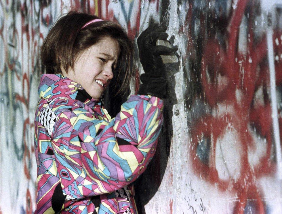 Una joven de Alemania Occidental golpea el Muro de Berlín. Imagen de archivo tomada el 19 de noviembre de 1989.