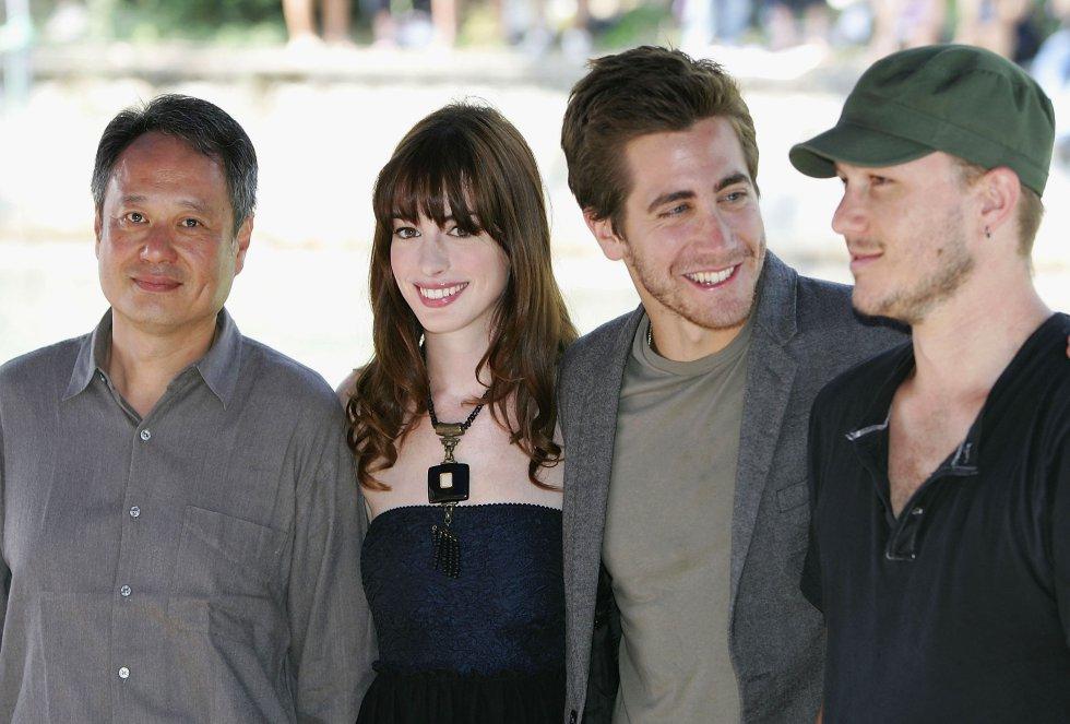 Anne Hathaway junto a sus compañeros de rodaje y el director Ann Lee durante la promoción de 'Brokeback Mountain'