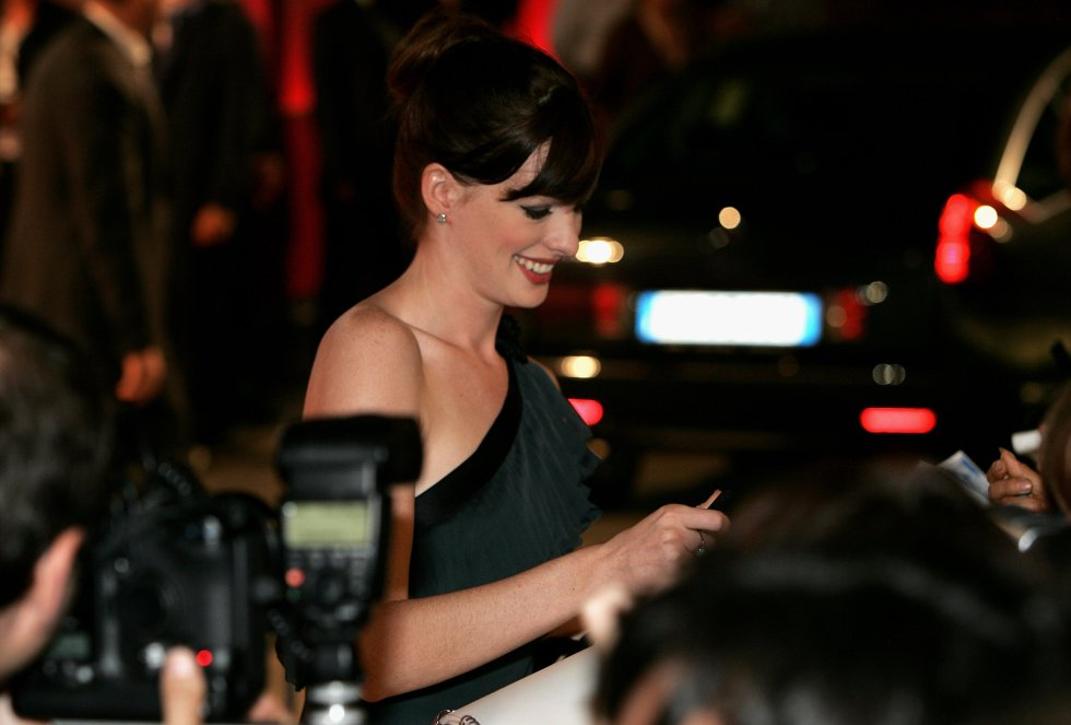 Anne Hathaway firmando autógrafos durante el estreno de 'Brokeback Mountain' en el Palazzo del Cinema en Venecia