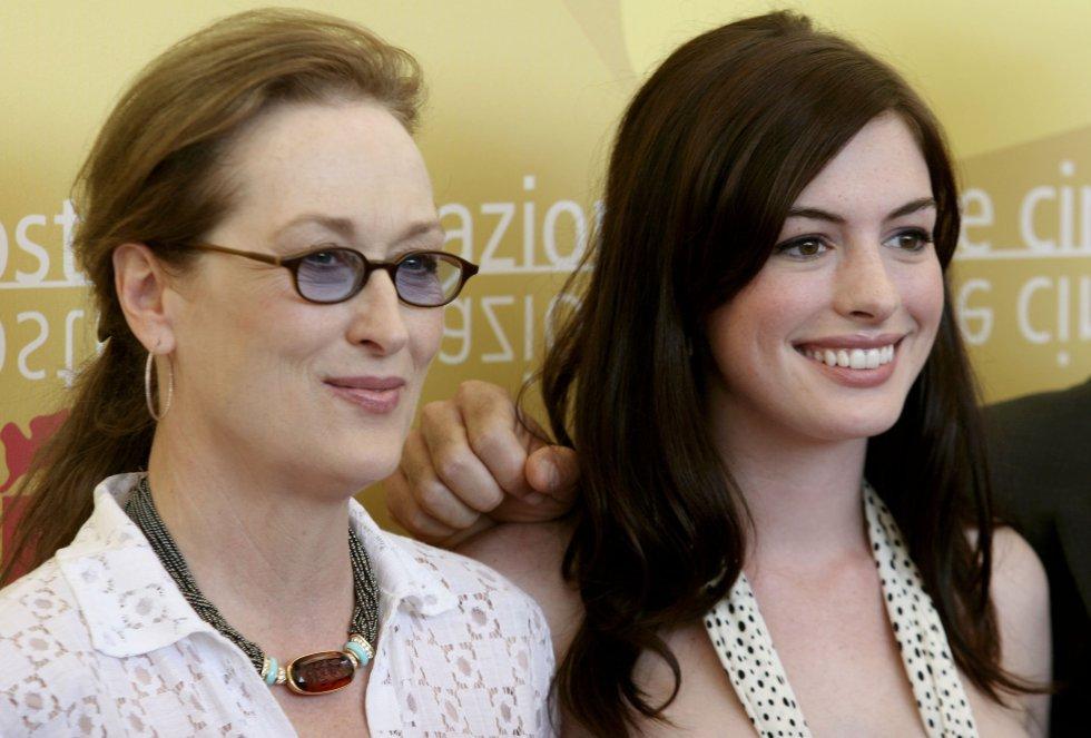 Anne posa sonriente junto a Meryl Streep durante la presentación de la película 'El diablo viste de Prada'