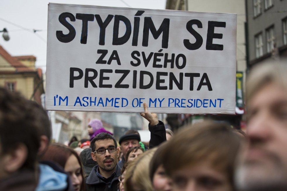 Un hombre sujera una pancarta durante una protesta contra el presidente de la República Checa, Milos Zeman