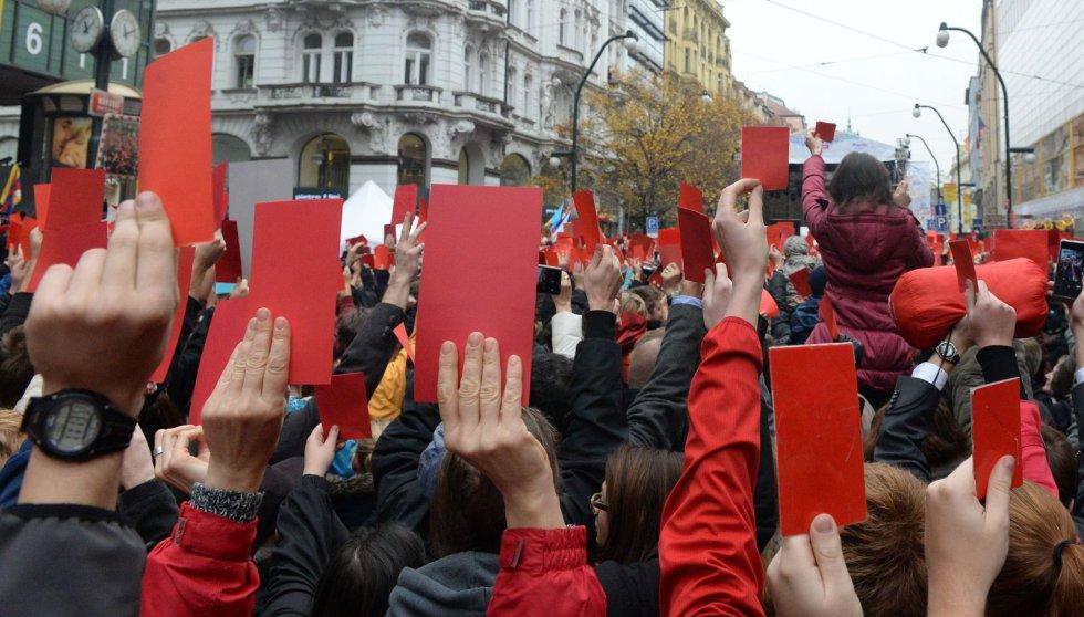 Manifestantes muestran tarjetas rojas simbólicas contra el presidente checo, Milos Zeman, durante una protesta en Praga