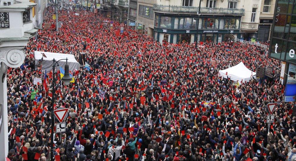 Miles de manifestantes checos conmemoran el 25 aniversario de la 'Revolución de Terciopelo', que contribuyó a la caída del régimen comunista del país en 1989