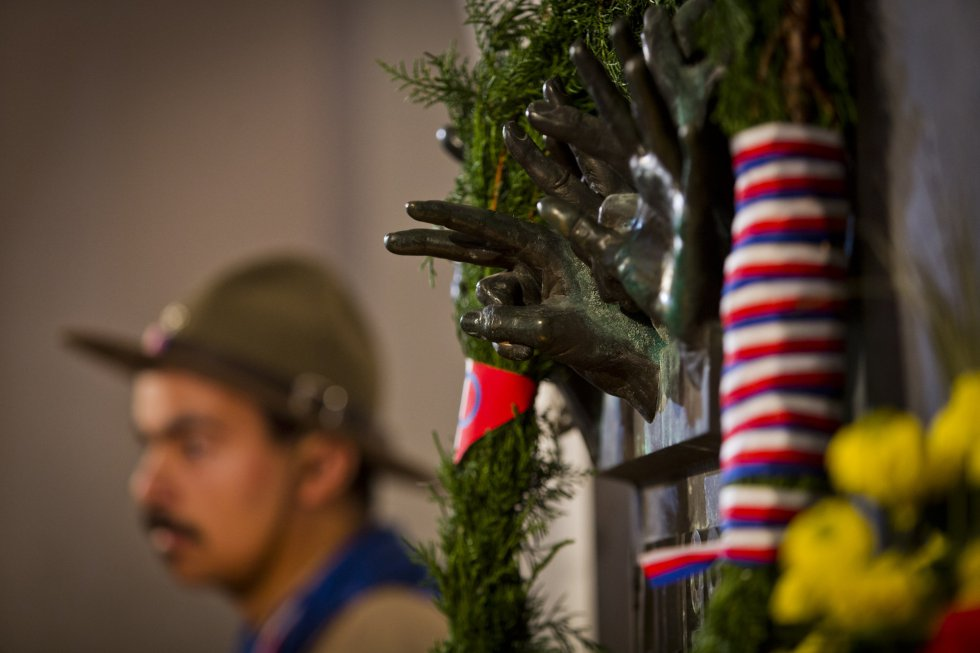 Detalle de uno de los memoriales que conmemoran el 25 aniversario de la 'Revolución de los Claveles'