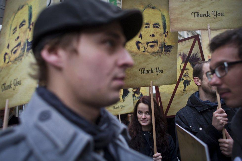 Una mujer sostiene una pancarta durante una de las manifestaciones en recuerdo de la 'Revolución de los Claveles'