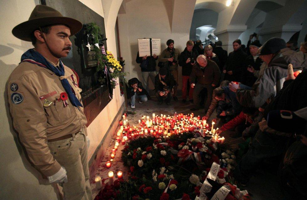 Un guarda, de pie junto a uno de los memoriales en recuerdo del 25 aniversario de la 'Revolución de los Claveles'