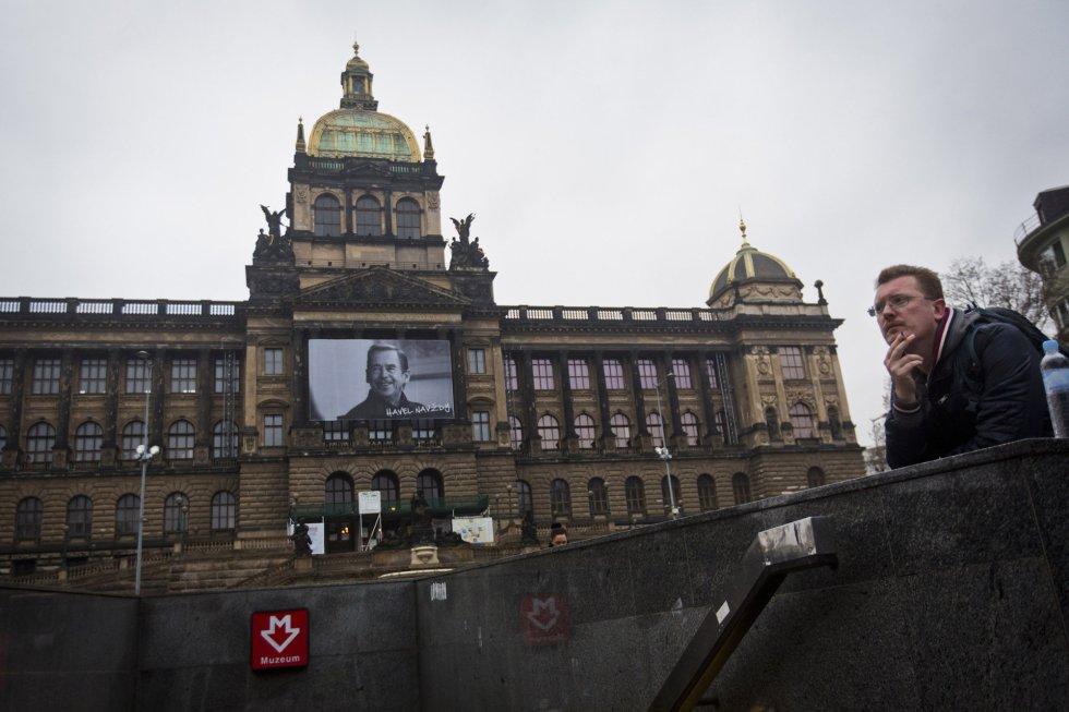 Un gran retrato del expresidente de Checoslovaquia y la República Checa, Vaclav Havel, frente al Museo Nacional de Praga