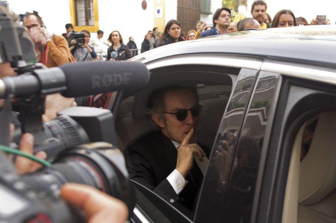 Alfonso Díez, el marido de la duquesa de Alba, visiblemente afectado tras conocer la noticia