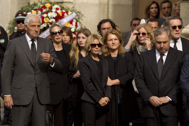 La familia de Cayetana de Alba esperando la llegada de sus restos mortales a la capilla ardiente instalada en el Ayuntamiento de Sevilla