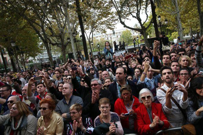 Cientos de personas se agolpan a la entrada de la capilla ardiente