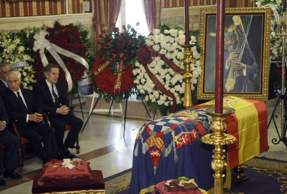 El marido y el primogénito de la duquesa de Alba, Alfonso Díez (2i) y Carlos Martínez de Irujo (i), respectivamente, junto a la capilla ardiente con los restos mortales de Cayetana Fitz-James Stuart y de Silva.