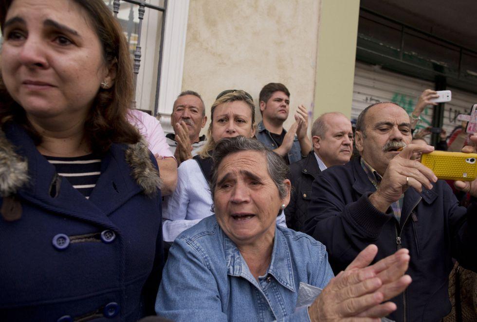 Muchos sevillanos han despedido el féretro de la duquesa de Alba en las calles de Sevilla.