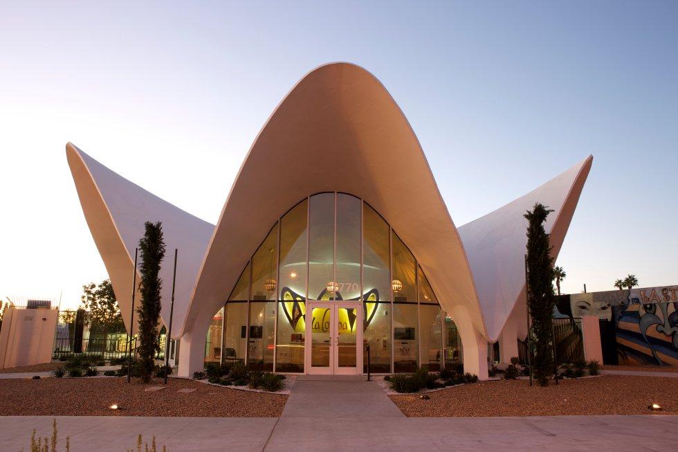 Diseñado en 1961 por el famoso arquitecto afroamericano Paul Revere Williams. En 2007 fue rescatado de la demolición y se trasladó a su ubicación actual para servir como centro de visitantes del Museo de Neón.