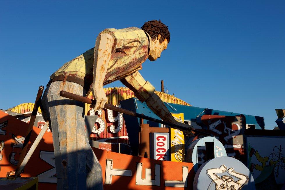 La escultura del 'limpiador de piscina' tiene más de tres metros de alto, esta hecho de acero soldado a mano.