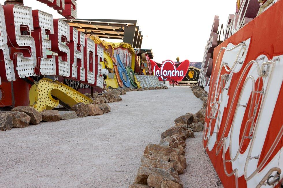 El Museo de neón tiene la mayor colección de letreros de neón vintage en el mundo y es un registro único de la colorida historia de Las Vegas. Con más de 150 signos no restaurados en exposición al aire libre conocido como el Neon Boneyard.
