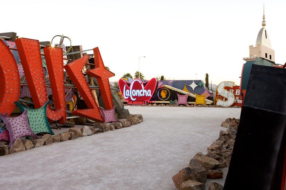 El cartel del Motel La Concha descansa junto a otros emblemáticos carteles como el del Stardust y Sahara.