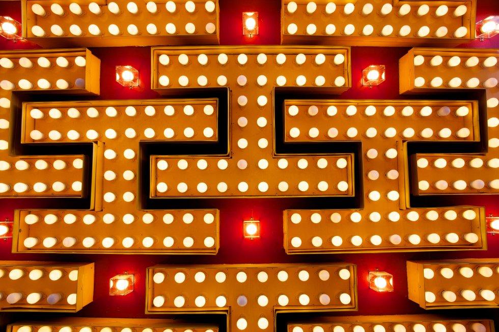 Situado en la calle Fremont, el hotel casino de Binion en 1951 contó con uno de los letreros de neón más espectaculares que se encuentran en el centro de Las Vegas.