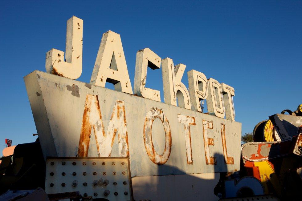 Cartel aún sin restaurar del motel Jackpot.