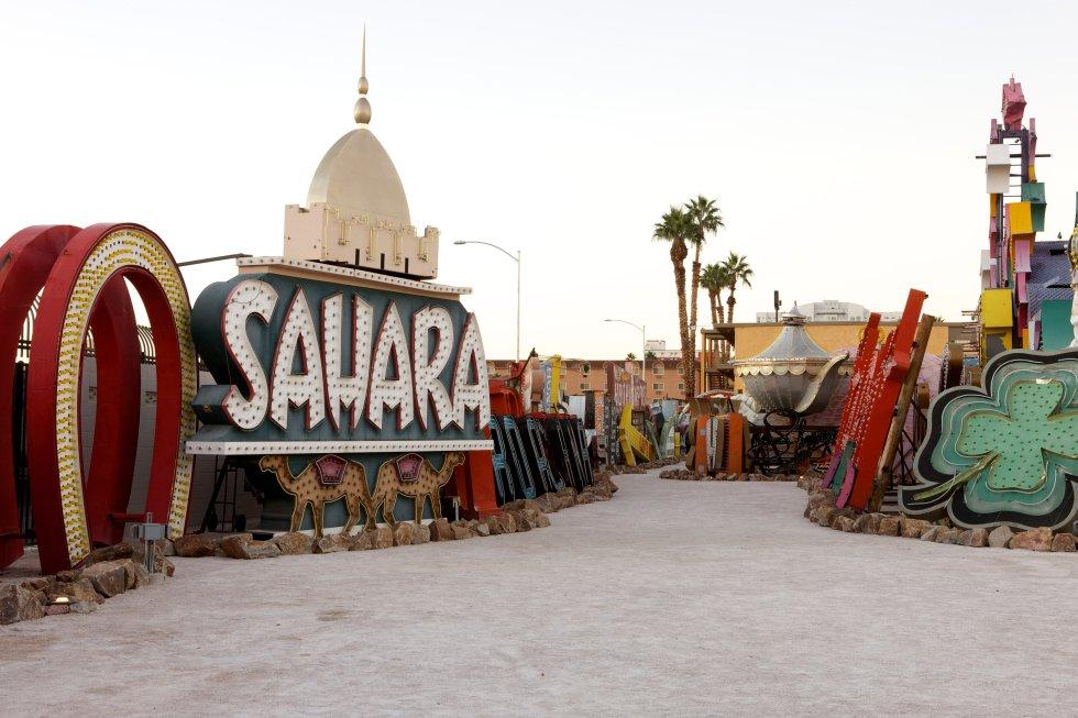 Carteles tan icónicosn como el del casino 'Sahara' descansan en este peculiar cementerio.