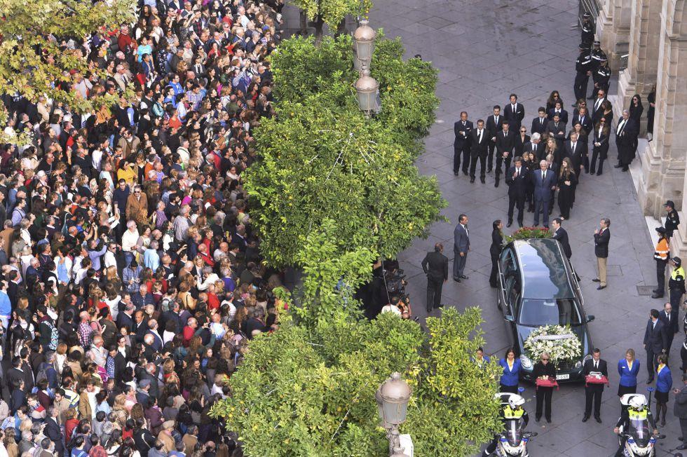 Los hijos, nietos y familiares de la duquesa de Alba, caminan detrás del coche fúnebre que lleva el féretro con los restos mortales de Cayetana Fitz-James Stuart y Silva mientras es trasladado desde el ayuntamiento de Sevilla hasta la catedral