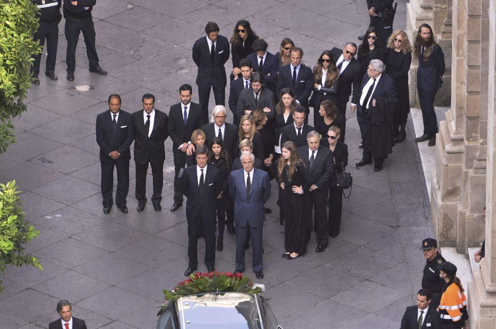 El féretro con el cadáver de la duquesa de Alba es trasladado desde el ayuntamiento de Sevilla hasta la catedral