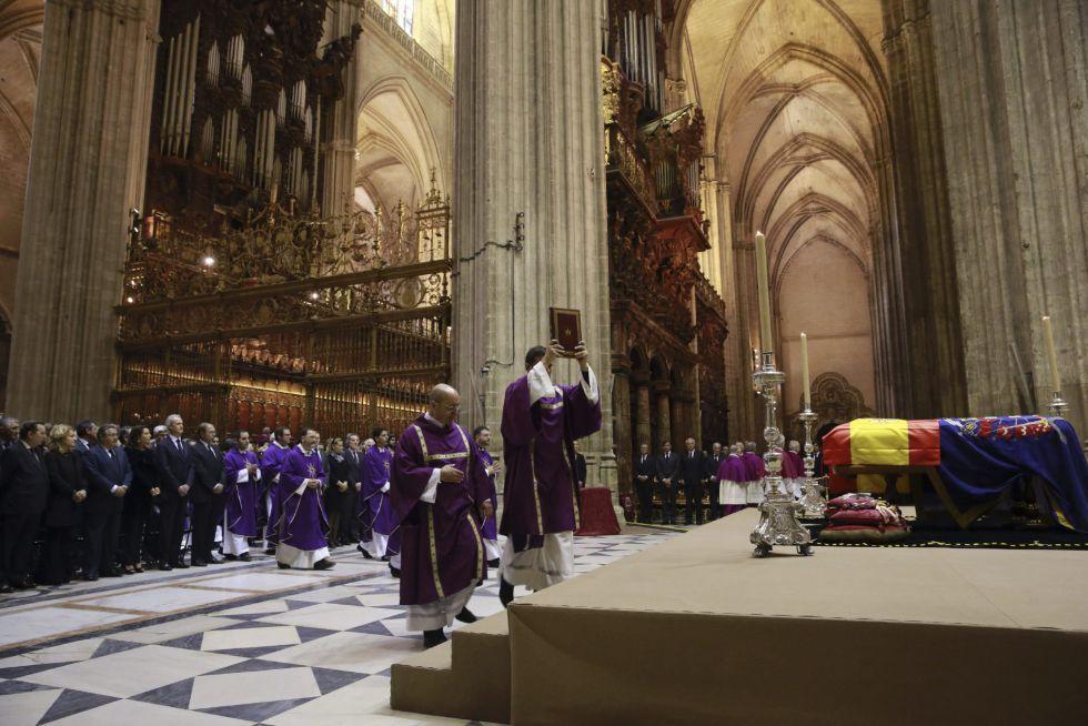 Inicio del funeral presidido por el arzobispo emérito de Sevilla, cardenal Carlos Amigo Vallejo, y concelebrado por el arzobispo monseñor José Asenjo