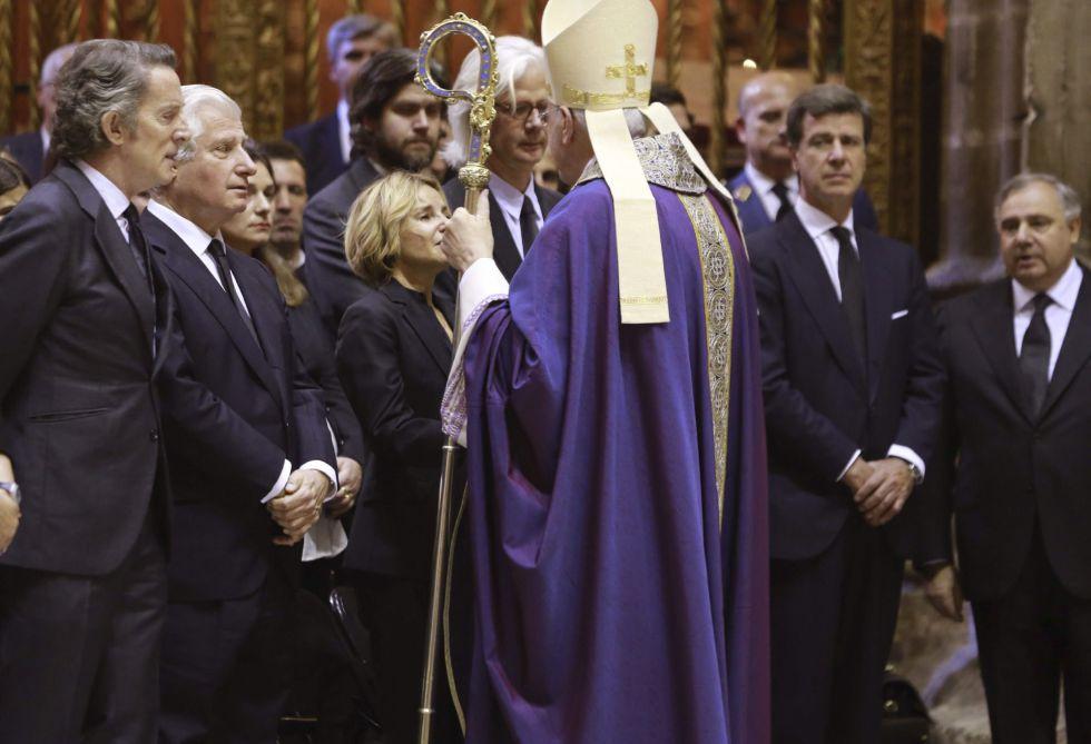 Alfonso Díez (i), marido de Cayetana Fitz-James Stuart, duquesa de Alba, y los hijos de la duquesa, durante el funeral