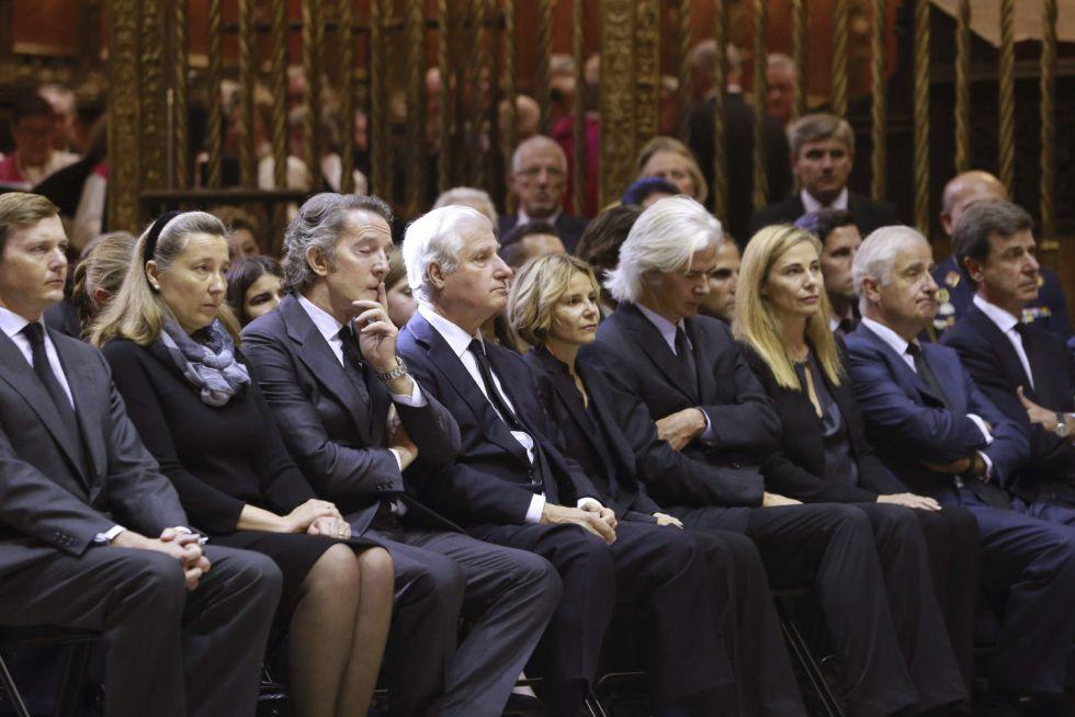 Alfonso Díez (3i), los hijos de la duquesa y Cristina de Borbón Dos Sicilias -sobrina del rey Juan Carlos- durante el funeral